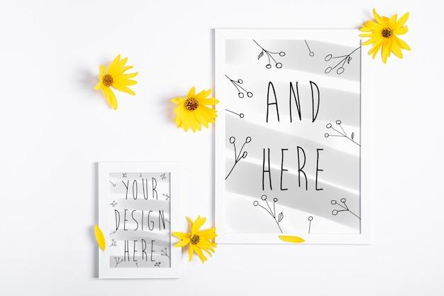 Biała Pusta Ramka Na Zdjęcia Makieta Z żółtym Kwiatkiem Na Białym, Płaskim Lay Premium Psd