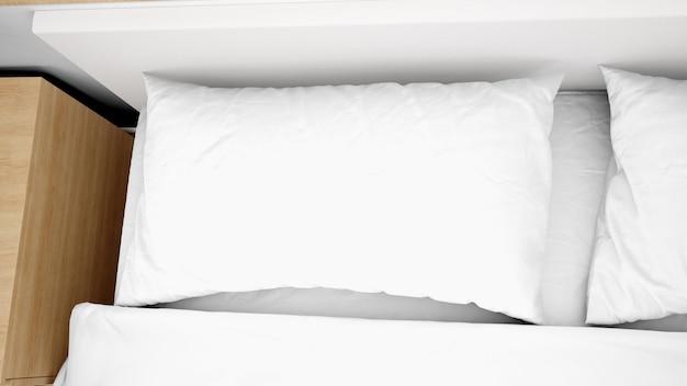 Białe Poduszki Na łóżkowym Zbliżeniu Darmowe Psd