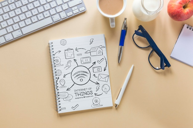 Biurko biznesowe z kawową klawiaturą i notatnikiem Darmowe Psd