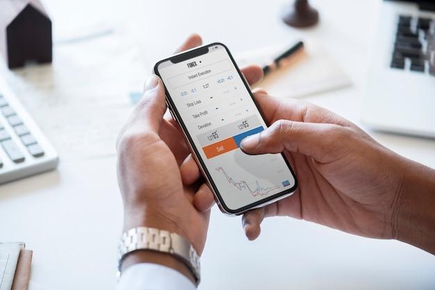 Biznesmen Sprawdza Rynek Papierów Wartościowych Online Darmowe Psd