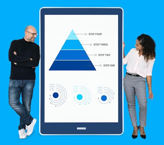 Biznesmeni przedstawiający kroki pracy za pomocą wykresu ostrosłupowego Premium Psd