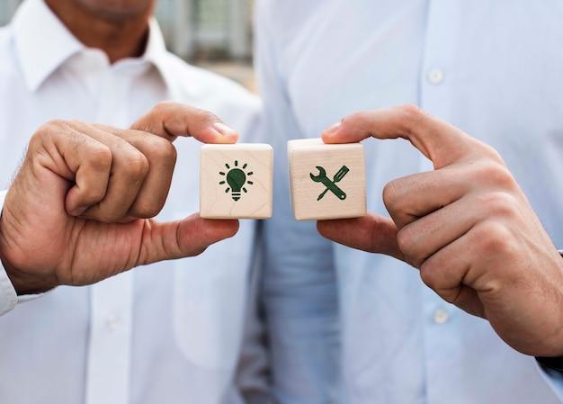 Biznesmeni Trzyma Kostka Do Gry Z Firma Pomysłów Frontowym Widokiem Darmowe Psd