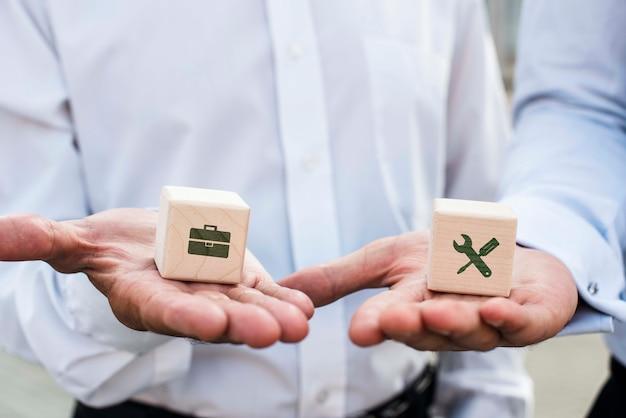 Biznesmeni Trzyma Kostkę Z Pomysłami Firmy Darmowe Psd