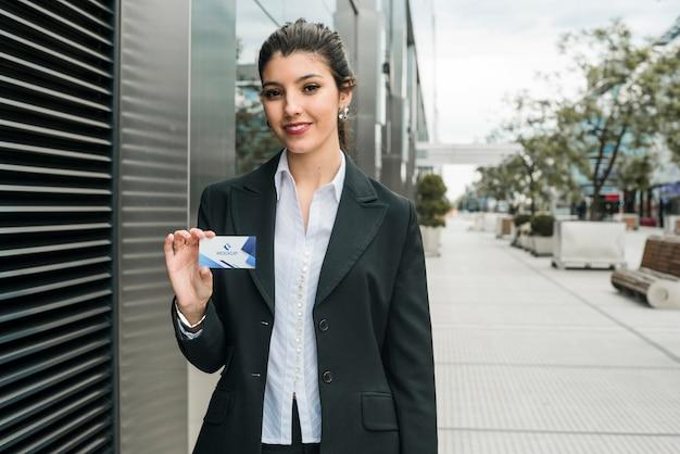 Biznesowej kobiety mienia wizyty karty szablon Darmowe Psd