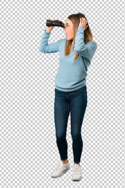 Blondynki Kobieta Z Błękitną Koszula I Patrzeć W Odległości Z Lornetkami Premium Psd
