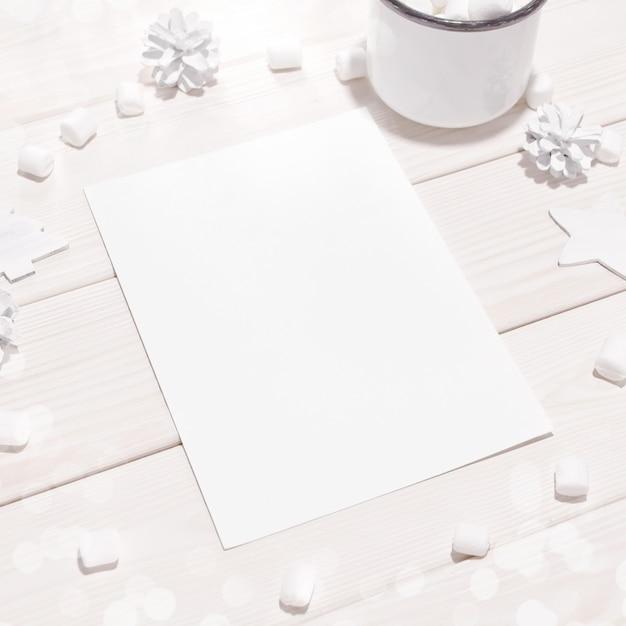 Boże narodzenie z makieta karty i białe dekoracje na stół z drewna Premium Psd