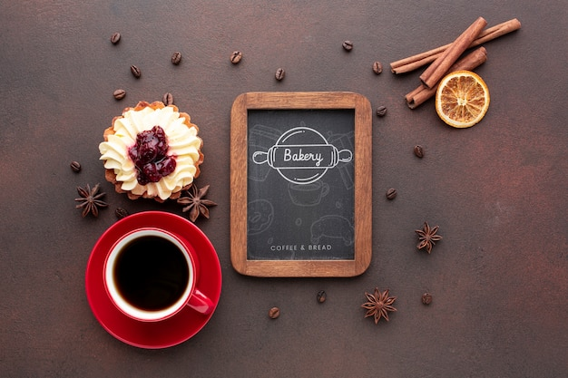Ciasto Z Cynamonową Czarną Kawą I Makietą Tablicy Darmowe Psd