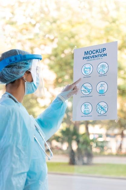 Close-up Kobieta Czytanie Plakatu Zapobiegania Darmowe Psd