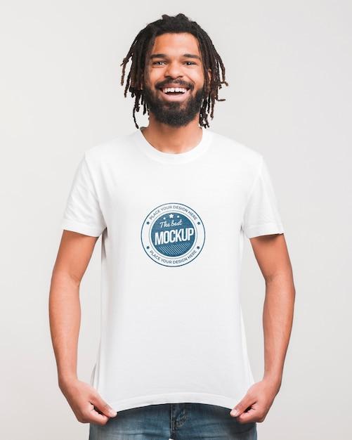 Człowiek Nosi Makietę T-shirt Darmowe Psd