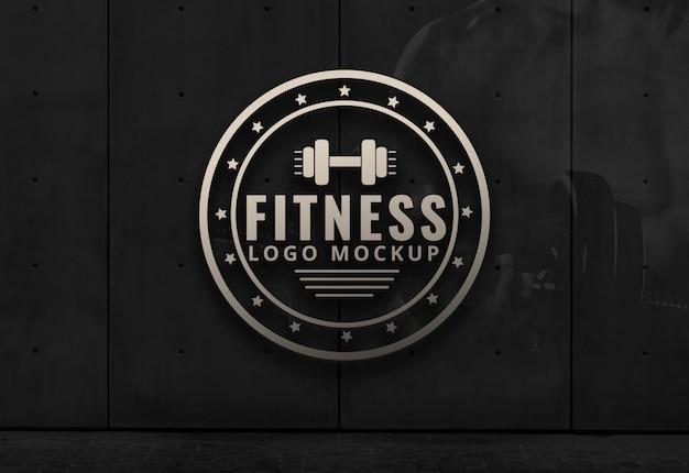 Fitness logo makieta siłownia dark background wall mockup Premium Psd