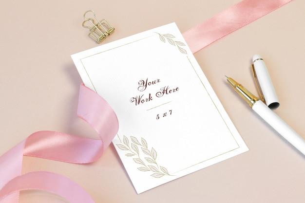 Karta zaproszenie makieta z różową wstążką i piórem Premium Psd