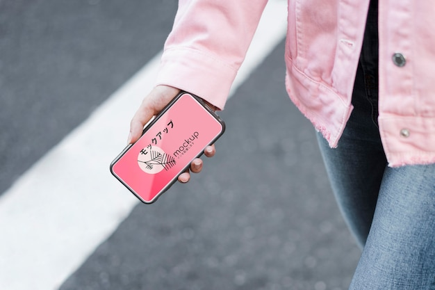 Klient Korzystający Z Aplikacji Mobilnej I Chodząc Po Makiecie Ulicy Darmowe Psd