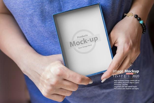 Kobiece Ręce Trzymając Makieta Pudełko Premium Psd