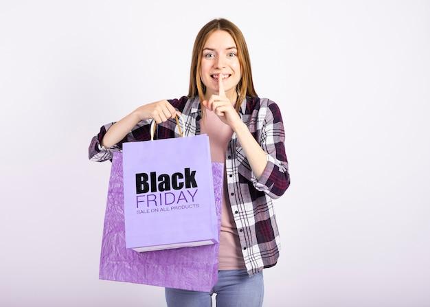 Kobieta trzyma papierowe torby i robi cii znakowi Darmowe Psd