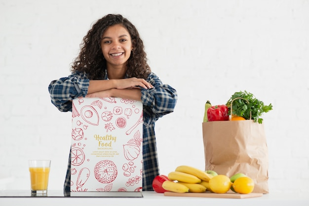 Kobieta w kuchni ze zdrowymi warzywami i owocami Darmowe Psd