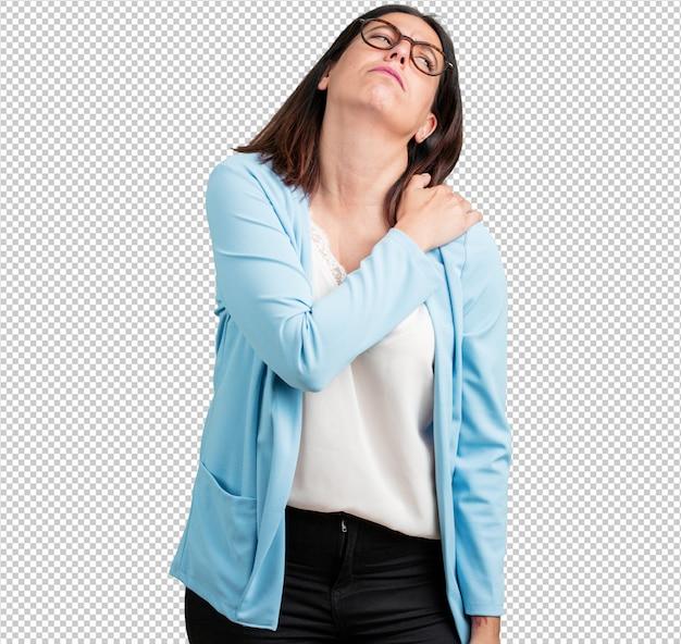 Kobieta w średnim wieku z bólem pleców spowodowanym stresem w pracy, zmęczona i bystra Premium Psd