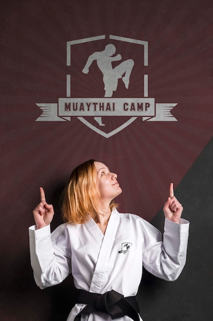 Kobieta Z Karate Czarny Pas Wskazujący Logo Makiety Darmowe Psd