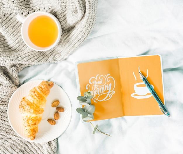 Kolekcja Rogalików śniadaniowych Obok Filiżanki Herbaty Darmowe Psd
