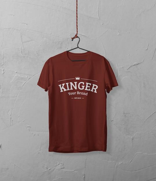 Koszulka Zawieszona Na Makiecie ściany Premium Psd