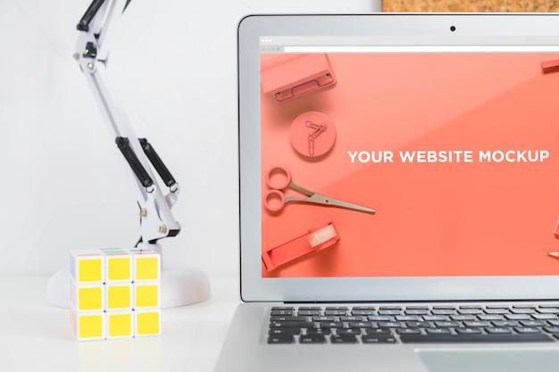 Laptop Z Ekranem Makiety W Czystym I Schludnym Miejscu Do Pracy. Temat Edukacji Premium Psd