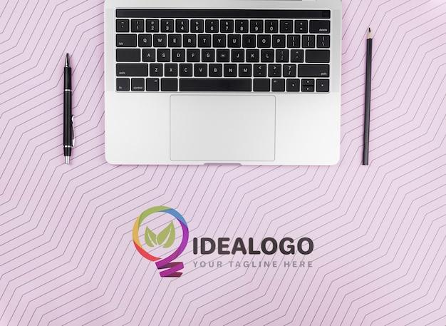 Laptop Z Piórem I Ołówkiem Na Biurku Darmowe Psd