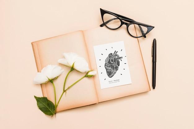 Leżał Płasko Z Otwartą Książką Z Różami I Szklankami Darmowe Psd