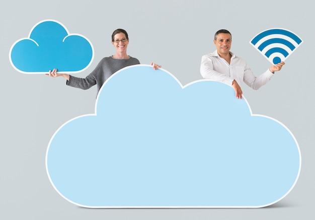 Ludzie posiadający ikony chmury i technologii Darmowe Psd