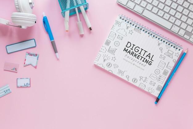 Makieta klawiatury i notebooka na różowym tle Darmowe Psd