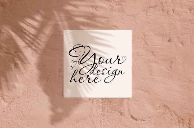 Makieta papeterii nowoczesne słoneczne lato. widok z góry płaskie puste leżał kartkę z życzeniami z liści palmowych i gałęzi cień nakładki Premium Psd