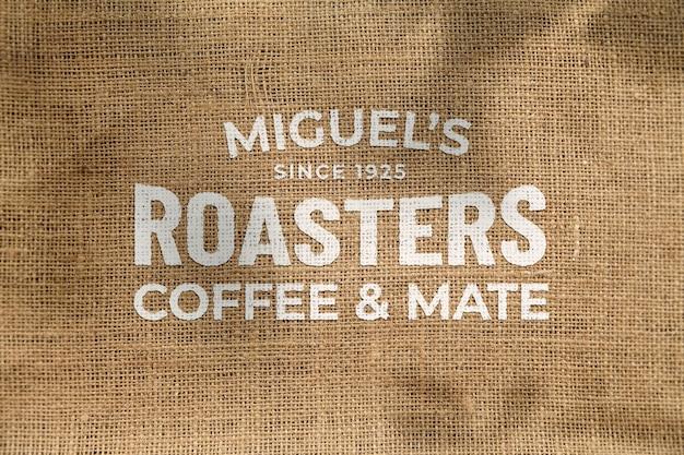 Makieta Pięknego Klasycznego Zniekształconego Logo Z Przodu Na Lnianej Tkaninie Eco Naturalnej Torebce Z Kawą Premium Psd
