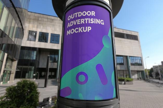Makieta pionowego stoiska reklamowego na chodniku ulicy miasta Premium Psd