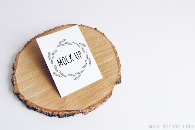 Makieta Pocztówki Na Przekroju Drewnianego Wyciętego Drzewa Premium Psd