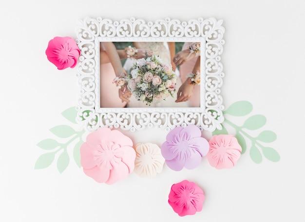Makieta Ramki ślubnej Z Papierowymi Kwiatami Darmowe Psd