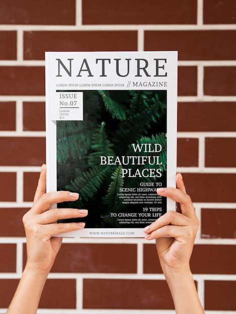 Makieta ręce magazynu przyrody Darmowe Psd