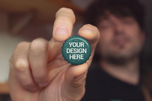 Makieta Ręki Trzymającej Czapkę Premium Psd