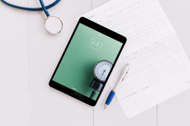 Makieta tabletu z elementami medycznymi Darmowe Psd