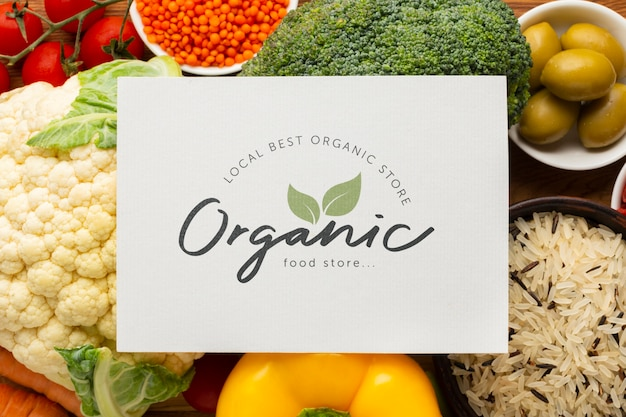 Makieta z tekstem organicznym i warzywami Darmowe Psd