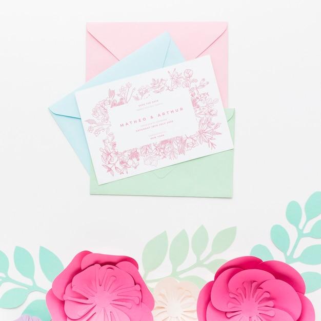 Makieta Zaproszenia ślubne I Koperty Z Papierowymi Kwiatami Darmowe Psd