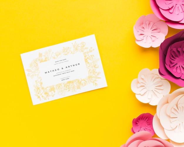 Makieta Zaproszenie Na ślub Z Papierowymi Kwiatami Na żółtej Tapecie Darmowe Psd