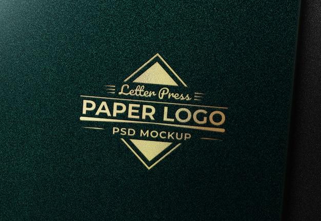 Makieta Złote Logo Na Zielonym Papierze Tekstury Premium Psd