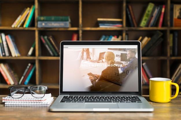 Martwa natura z makieta laptopa Darmowe Psd