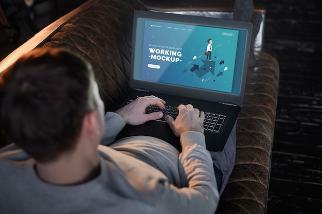 Mężczyzna Na Kanapie Pracuje Z Domu Na Laptopie Darmowe Psd