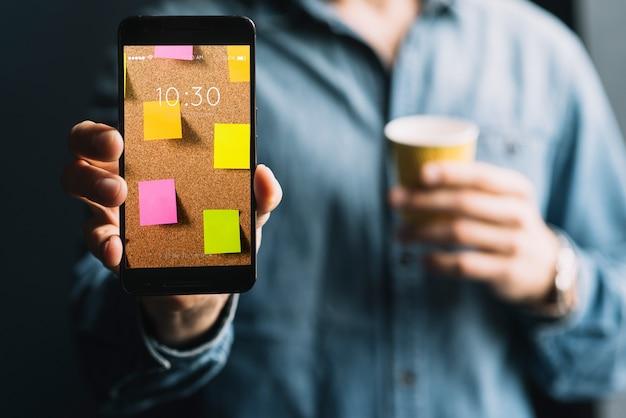Mężczyzna pokazuje smartphone szablon Darmowe Psd
