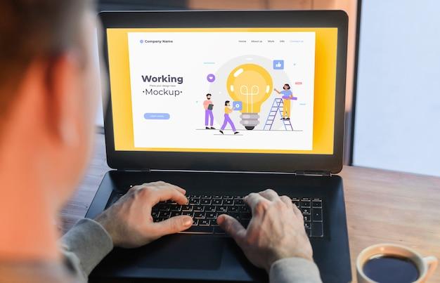 Mężczyzna Pracuje Od Domu Na Laptopie Darmowe Psd