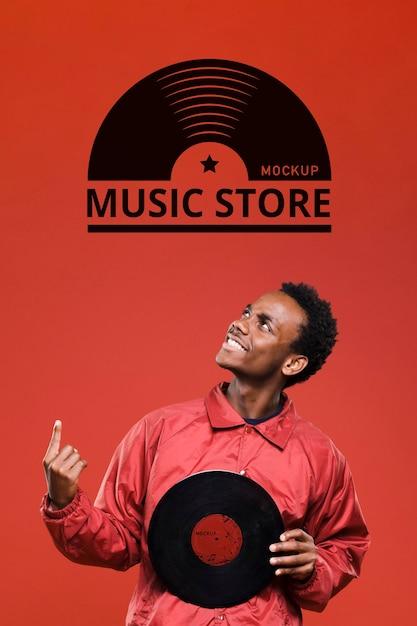 Mężczyzna Trzymający Dysk Winylowy Do Makiety Sklepu Muzycznego Premium Psd