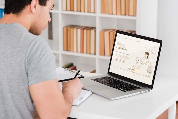 Mężczyzna Uczy Się Online Z Laptopem Darmowe Psd