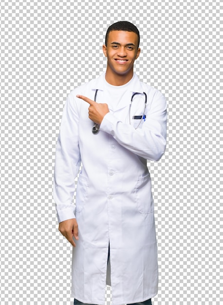 Młoda afro amerykańska mężczyzna lekarka wskazuje strona przedstawiać produkt Premium Psd
