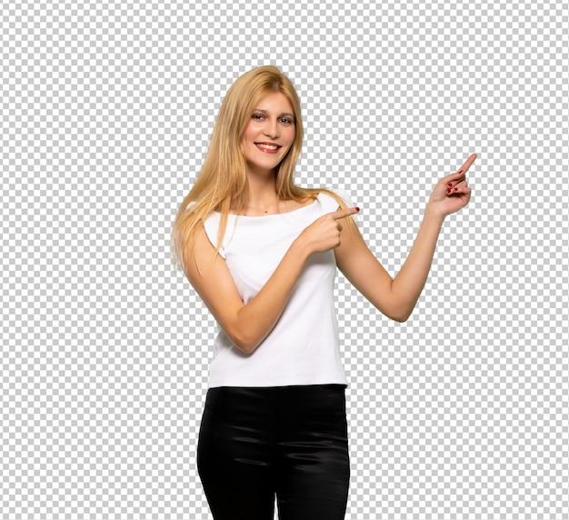 Młoda Blondynki Kobieta Wskazuje Palec Strona W Bocznej Pozyci Premium Psd