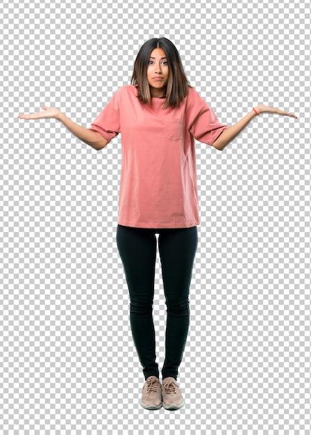Młoda dziewczyna z różową koszulę mając wątpliwości i mylić wyraz twarzy Premium Psd