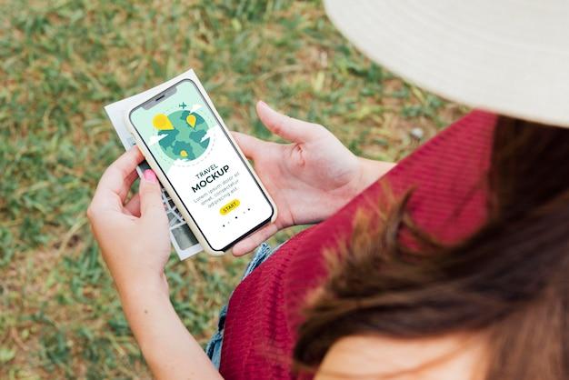 Młoda Kobieta Sprawdza Jej Makietę Telefonu Premium Psd
